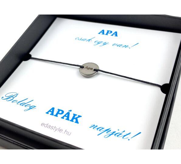 APA felirattal gravírozott kör medálos fekete zsineg karkötő díszdobozzal
